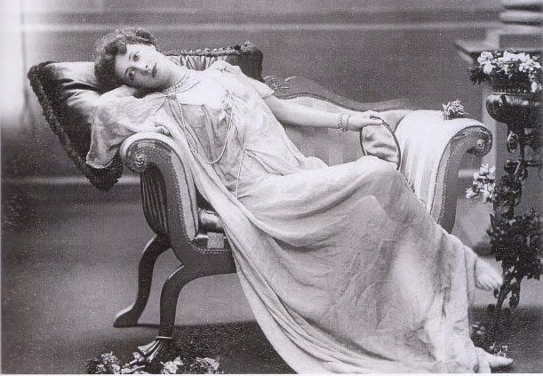 Liane de pougy reclining