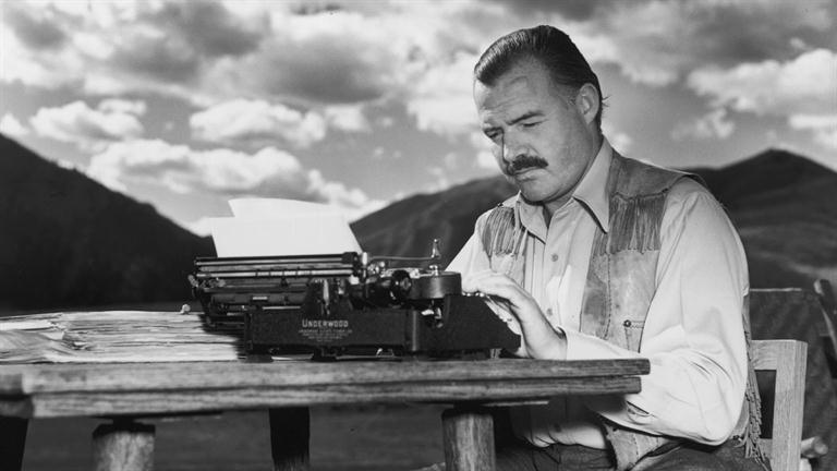 In un post in cui si parla di scrittura, una foto di Hemingway ci sta sempre bene.